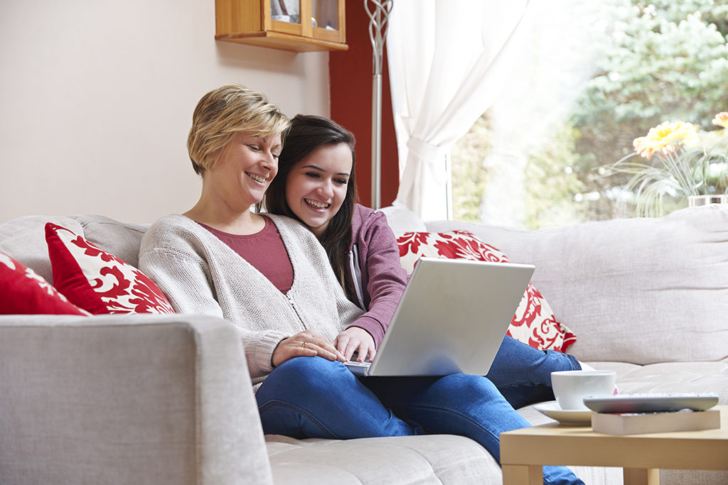 rs5479_sy_mother_and_daughter_at_laptop_sh_130800776_clean_2015_pienennetty