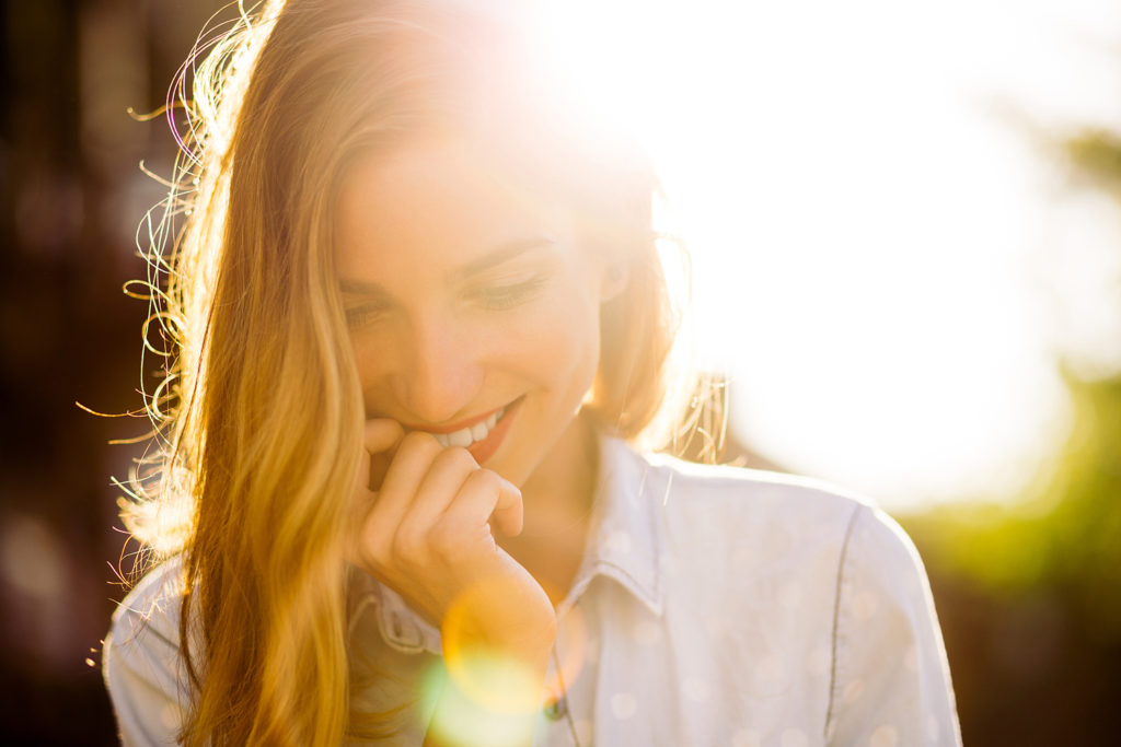synlan-nainen-hymyilee